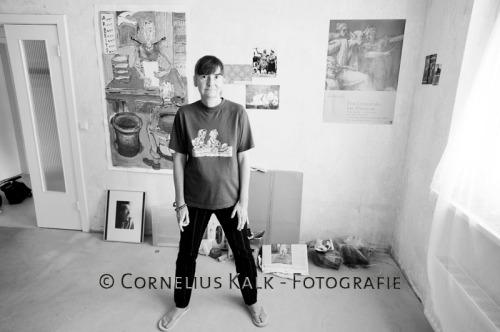 Barbara Guttmann in ihrem Wohnzimmer vor den selbst gemalten Bildern.