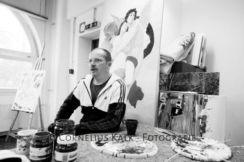 Martin Goetze an seinem bunten Malplatz in der KOM.