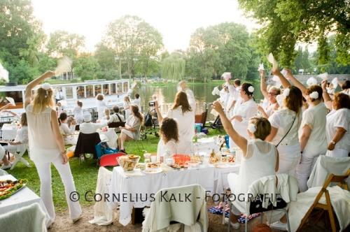 Fotografien von dem White Dinner in der Innenstadt und am Winterhuder Kai [CREDIT: www.bewegende-bilder.de - Cornelius Kalk - Beimoorstrasse 11 - 22081 Hamburg - phone +49.40.35706477 - mobile +49.177.7321777 - kalk@bewegende-bilder.de - Bank: Foerde Sparkasse BLZ 21050170 Konto 7140007 IBAN: DE88 2105 0170 0007 1400 07 BIC: NOLADE21KIE Steuernummer 46/112/02054 - Bei der Verwendung ausserhalb journalistischer Berichterstattung (z.B. Werbung etc.) bitte vorher mit dem Autor Kontakt aufnehmen.]